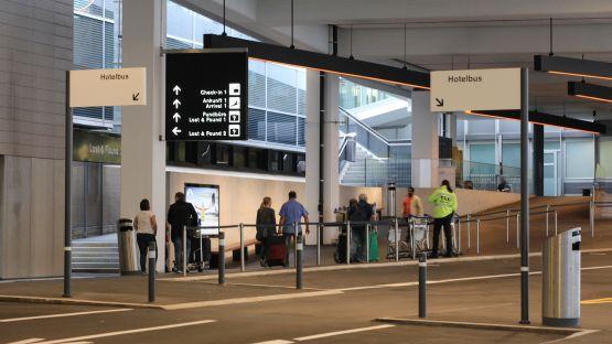 Mit  dem  flexiblen  Public  Poller  Signaletik  System  kann  am  Zürcher  Flughafen  auf  verschiedenste  Anforderungen  reagiert