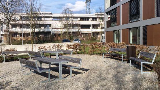 Linea  Sitzbank  mit  Rückenlehne  und  dem  Public  Bin  Abfalleimer