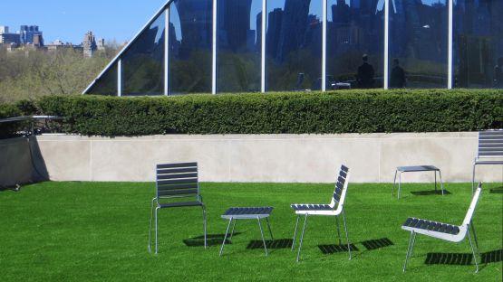 BURRI  02  Sessel,  Stuhl  und  Hocker  im  Park  des  Metropolitan  Museum,  New  York  City.