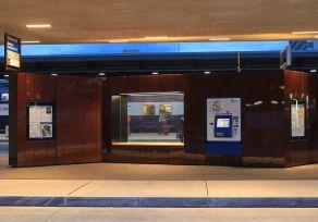 Die  Oberfläche  der  Paravents  am  Bahnhof  Zürich  Oerlikon  ist  aus  hochwertigem  Tecu®  Bond  Brass.