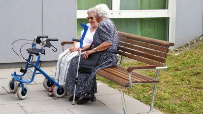Landi  Generationenbank  mit  Rücken-  und  Armlehne  in  der  Ausführung  NATWOOD  in  einem  Seniorenheim.