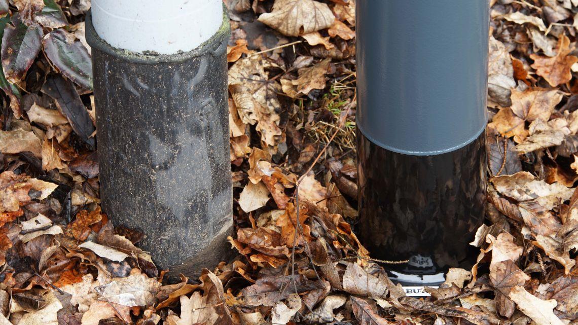 <p>Neu  im  Sortiment:  Das  hochfeste  ROOTPAKK<sup>®</sup>  HMR<sup>®</sup>coating  (rechts),  hier  im  Vergleich  mit  einer  herkömmlichen  Erdstück-Ummantelung.</p>