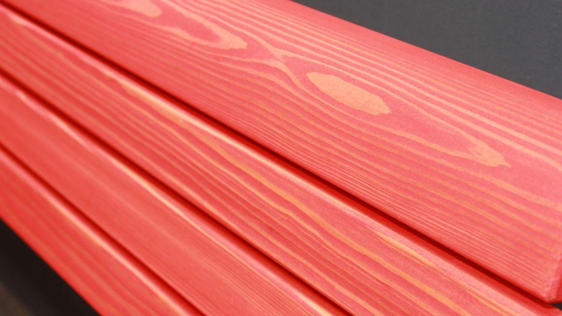 Das rot pigmentierte Öl lässt die Faserung des Lärchenholzes durchdringen