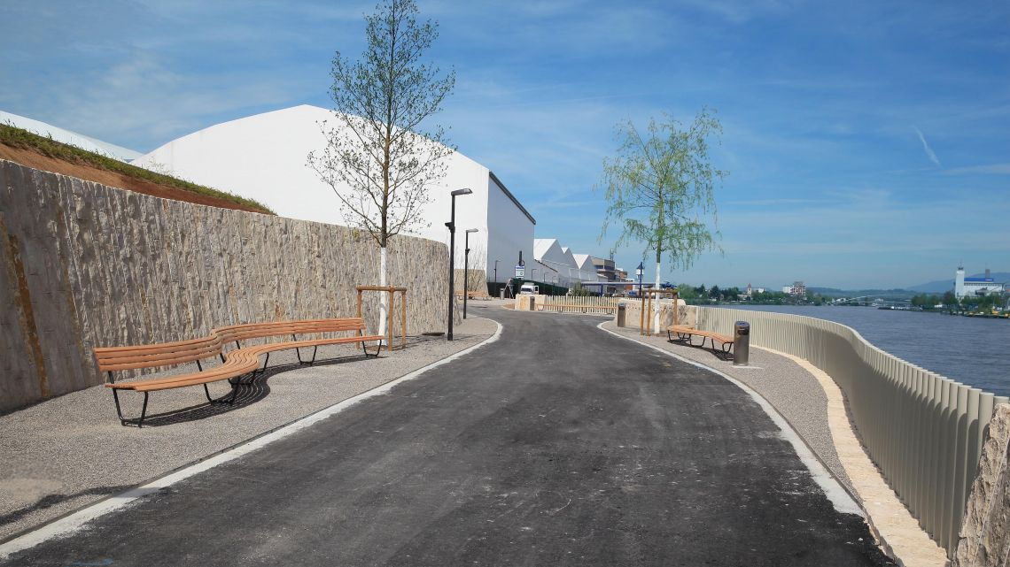 Spezialangefertigte  Landi-Bogenbänke,  Rheinuferpromenade  Basel