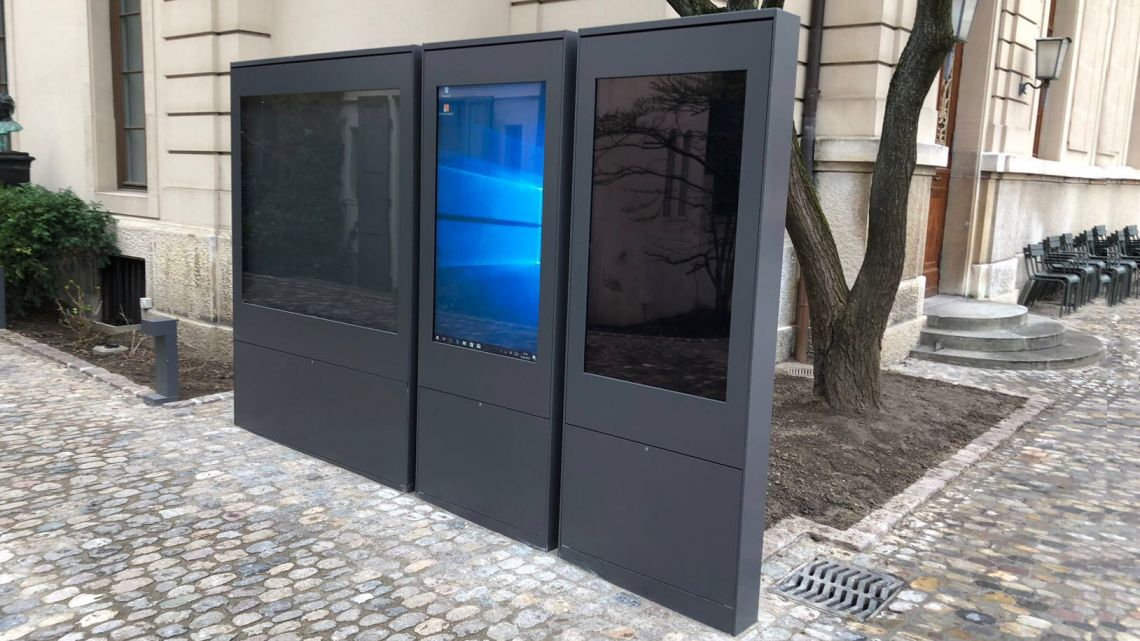 Digitale und analoge Outdoor-Stelen kombiniert