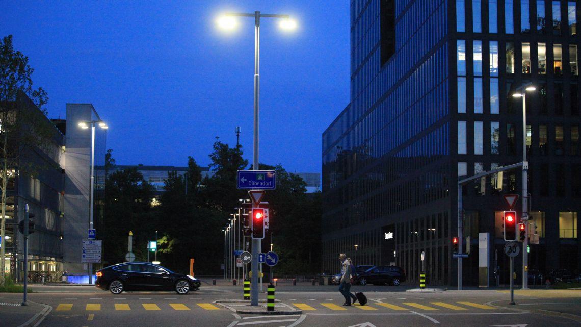 Die  Kreuzung  ist  sicher,  normgemäss,  energieeffizient  und  zeitgemäss  beleuchtet