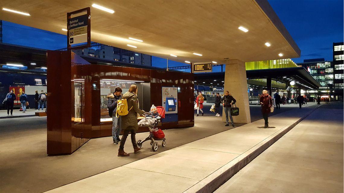 Die  Paravents  am  Bahnhof  Zürich  Oerlikon  fungieren  mitunter  als  Bushaltestelle  der  Linie  80.