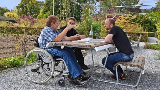 Landi Inklusion Bank-Tisch-Bank-Kombination – nahes Sitzen am Tisch ist auch mit dem Rollstuhl möglich