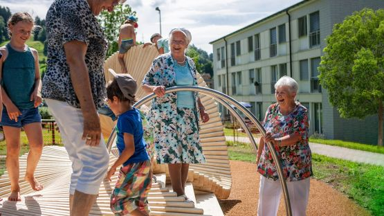 moveART – The railings serve as an aid for walking and for climbing fun.