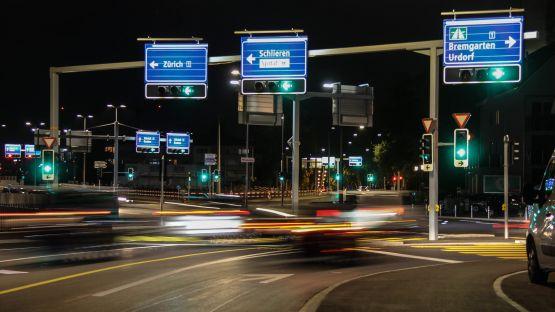 Diverse Verkehrstechnikprodukte von BURRI regeln den Fahrzeugfluss