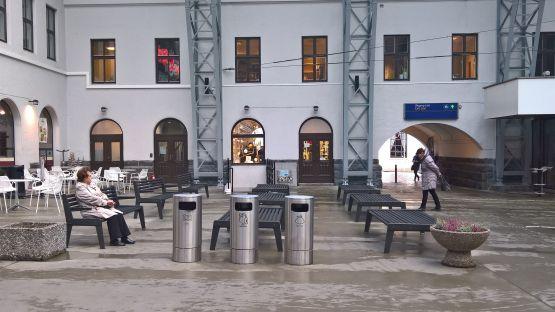 In der Halle stehen BURRI 02 Sitzbänke und drei beschriftete BULIs, die aus der blu Linie von BURRI stammen.